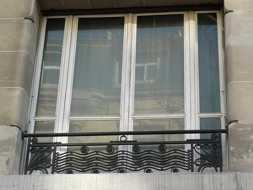 Paris boulevard raspail fen tre d 39 immeuble et sa grille for Fenetre fer forge 2018