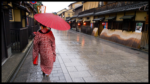 Maiko walking in Gion | by Eric Flexyourhead