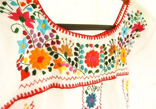 Bordado de colores sobre blanco