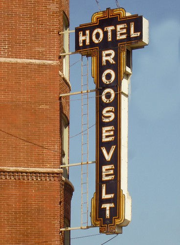 Hotel roosevelt chicago a nice vintage sign in for Nice hotels downtown chicago
