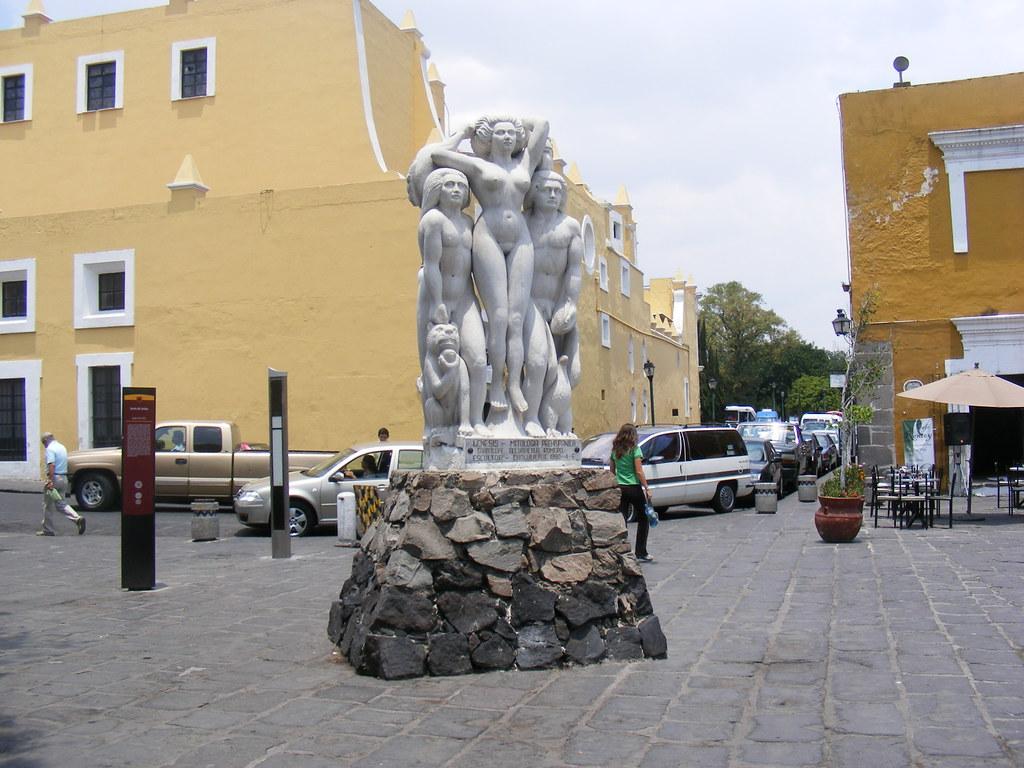 estatua dentro del barrio del octubre