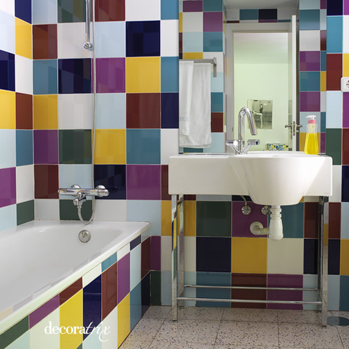 Un ba o con baldosas de colores este ba o tiene ese aire u flickr - Baldosas para banos ...