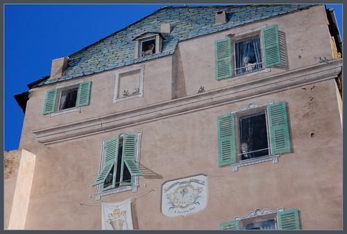 Facciata dipinta di una vecchia casa bastia corsica - Facciata di una casa ...