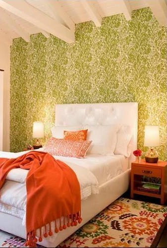 ... Green + white + orange bedroom: Modern wallpaper + colorful rug, by  Nickey Kehoe