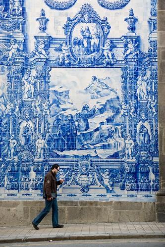Azulejos azulejos enfeitam parede de igreja na cidade do for Casa dos azulejos lisboa