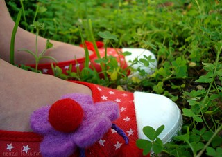 red shoes and purple flower | by neuza teixeira