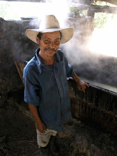 Virginio trabajando en el trapiche - working at the sugar cane mill; Lempira, Honduras | by Lon&Queta