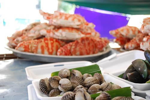Grilled blood cockles and mussels - Taling Chan Floating Market | by avlxyz