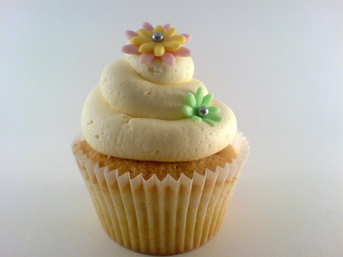 Buttercream swirl and flowers on vanilla cupcake | by Star Bakery (Liana)