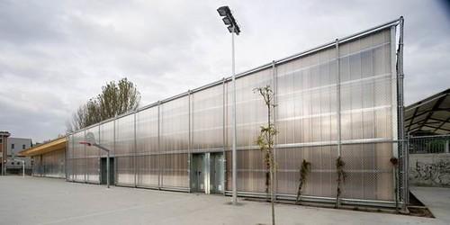 03 gym 704 large school gym facade design 03 school for Gimnasio 704 h arquitectes