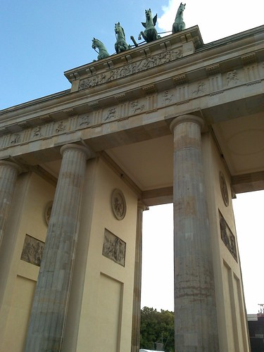 how to get to brandenburg gate by train