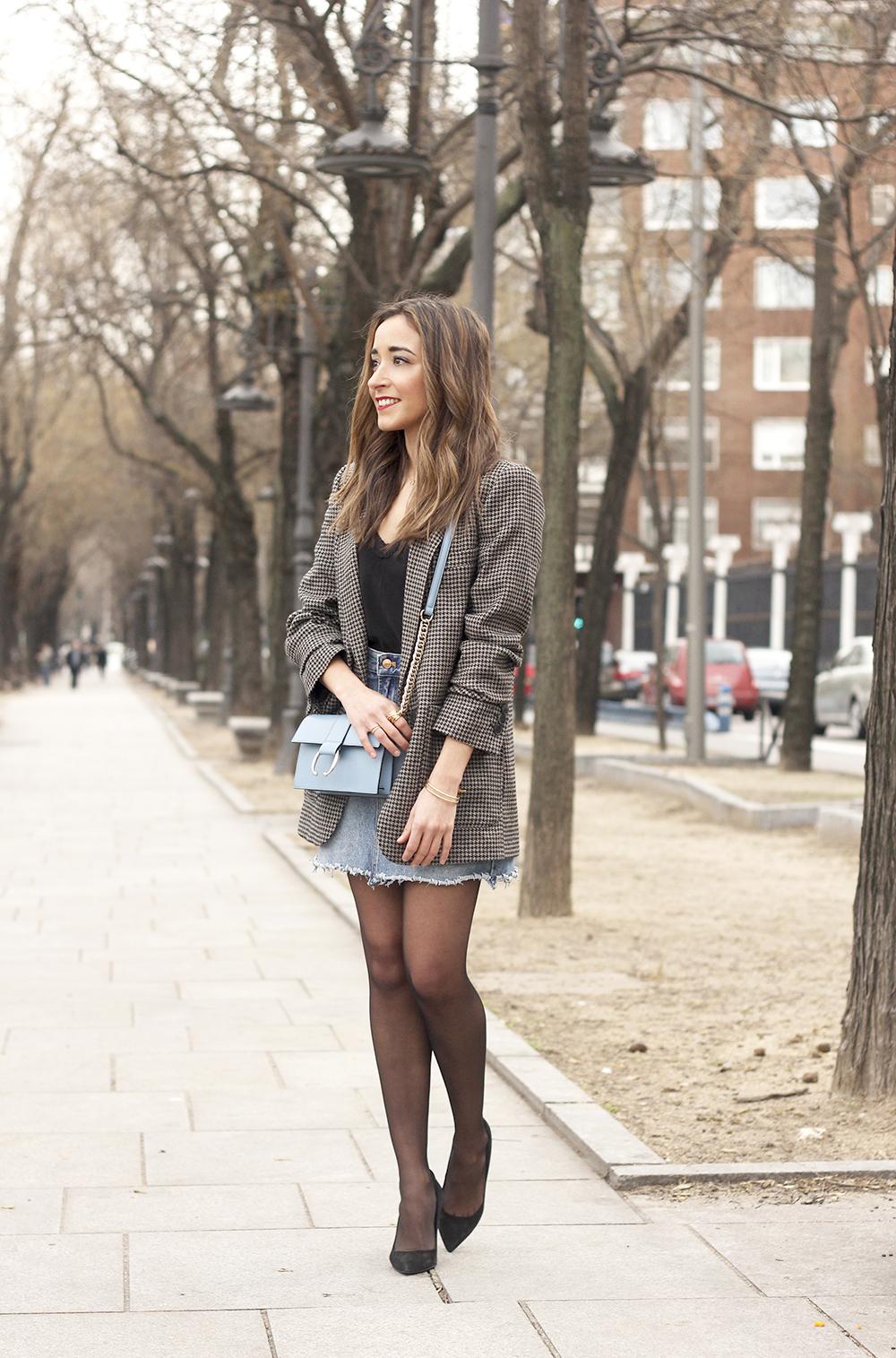houndstooth blazer jacket denim skirt blue uterqüe bag black heels style fashion outfit03
