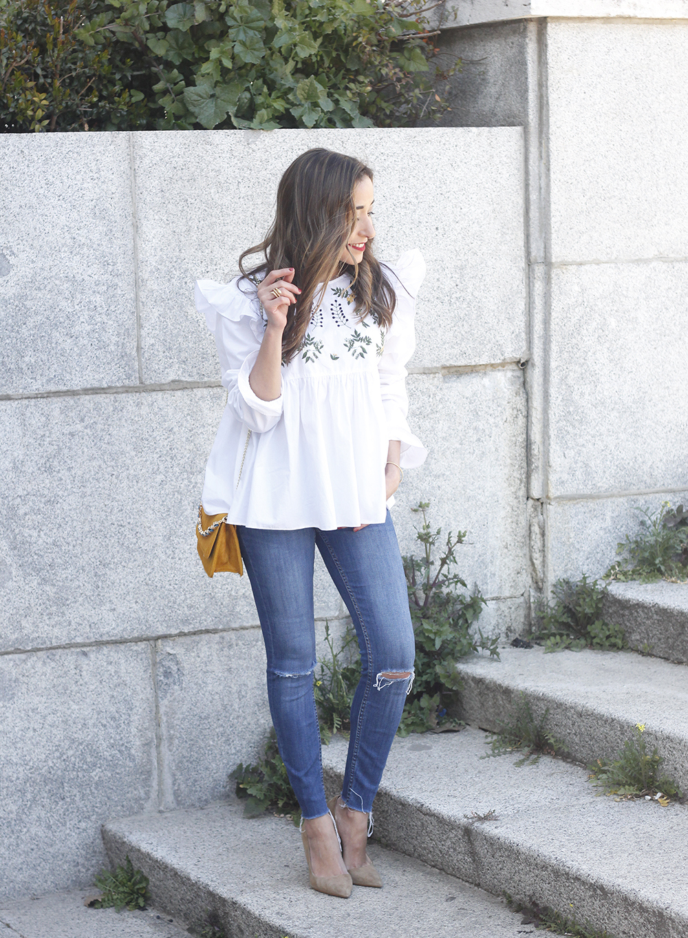 White blouse with ruffles and flower embroidery ripped jeans heels uterqüe bag fashion style outfit02