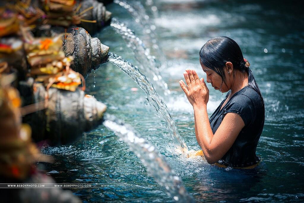 Prayer in Tirta Empul temple, Bali