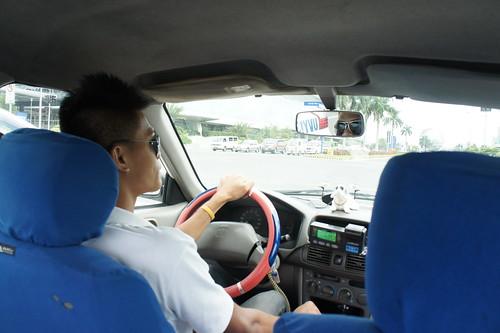 馬尼拉的士司機提醒記者,市內治安一般,要小心財物。(勞顯亮攝)