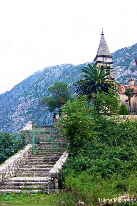 Лестница, ведущая к церкви