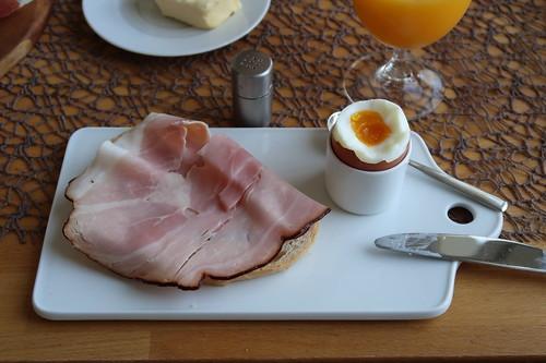 Kernrauchschinken auf Weißbrot zum Frühstücksei