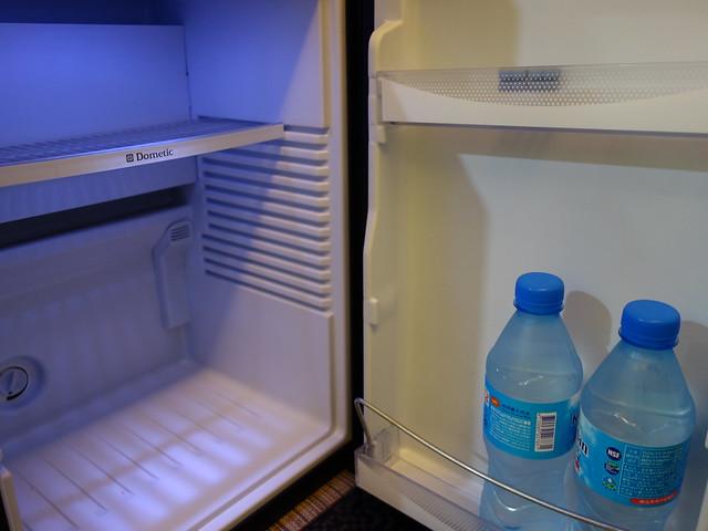小冰箱與免費供應的礦泉水@清翼居童話館,近台北車站的住宿選擇