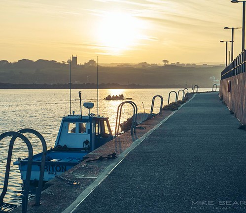 Gig rowers out at Hayle the other evening. Can't wait for more evenings like this. #hayle #rowers #harbour #sunset #dusk #cornwall #sun #boats | by Play of light