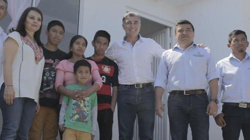 TONY GALI Y GABRIEL ALVARADO CUMPLEN CON HUAUCHINANGO Y ENTREGAN VIVIENDAS