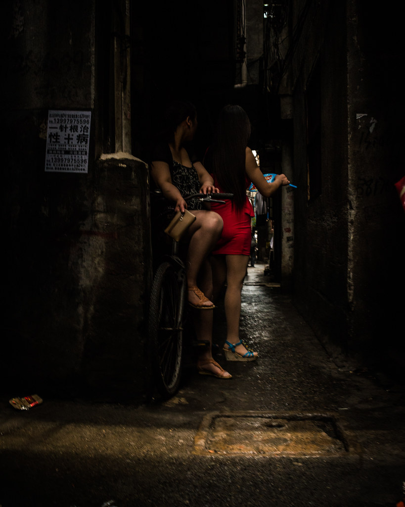 shanghai, prostitutes in back alleys | 上海,里弄的站街女. | lei han