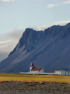 121 Kerkje en donkere bergen