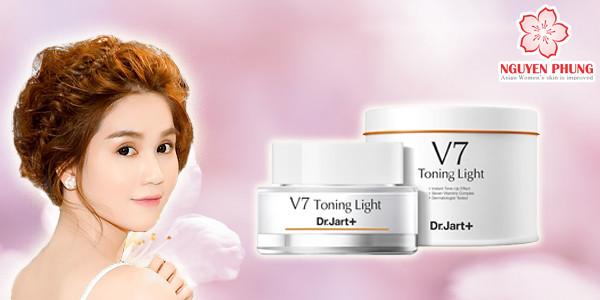 Ngọc Trinh làm đẹp bằng kem v7 toning light Hàn Quốc