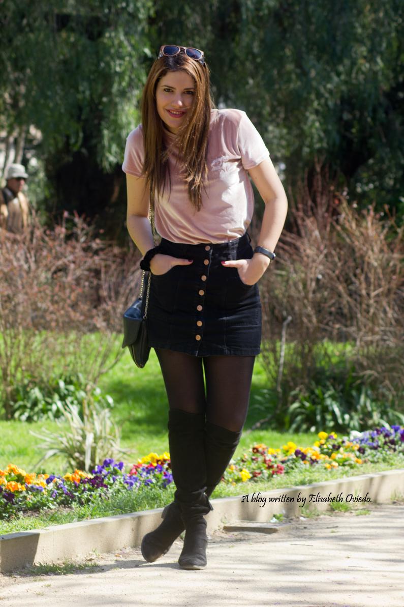 falda negra stradivarius camiseta rosa botas altas tacon funda customizada (2)