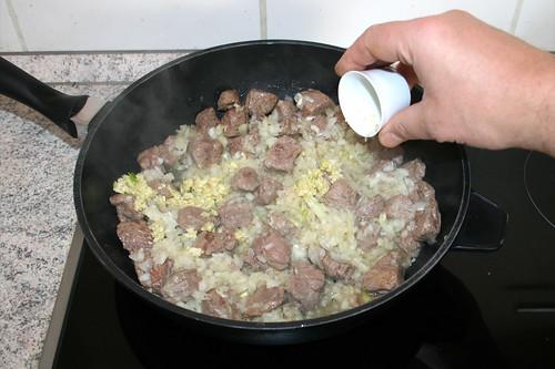 38 - Zwiebeln Knoblauch mit andünsten / Braise onion & garlic lightly