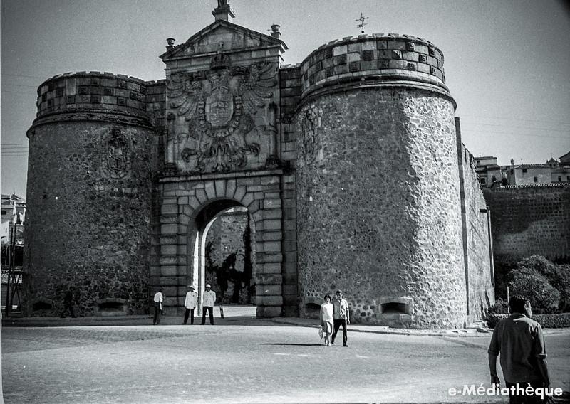 Puerta de Bisagra en Toledo en agosto de 1965. Fotografía de Jacques Revault © e-Médiathèque | Médiathèque SHS de la Maison méditerranéenne des sciences de l'homme