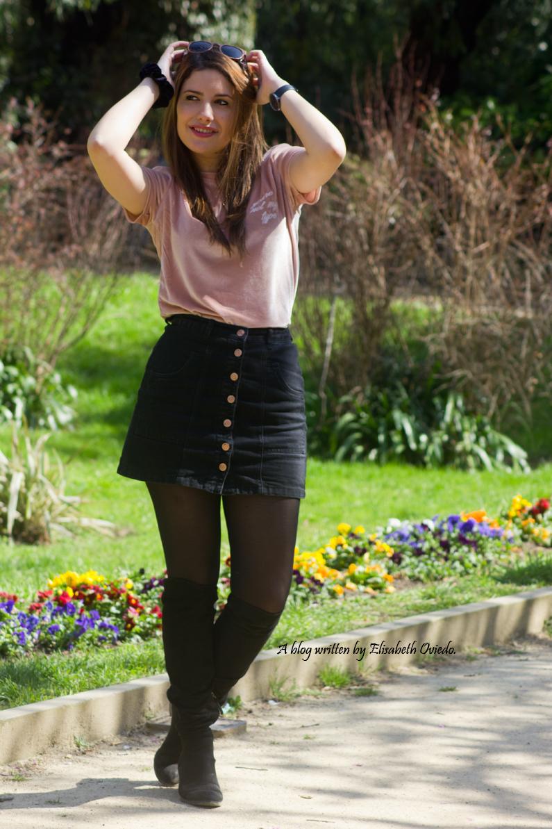 falda negra stradivarius camiseta rosa botas altas tacon funda customizada (5)