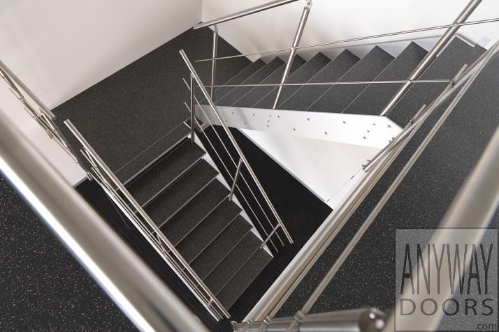 Moderne metalen trap met gietvloer steentapijt op de tredeu flickr