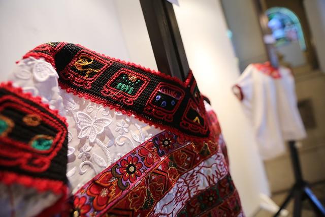 Hermanas Raymundo exponen arte en huipiles en el marco del Día Internacional de la Mujer