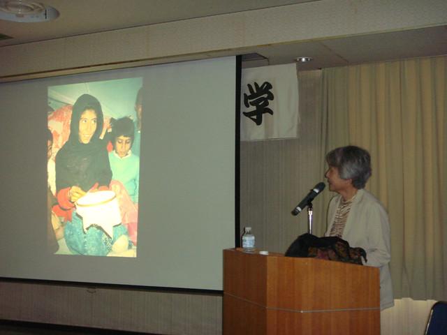 「アフガニスタン情報―草の根からの報告」スライドを見せ講演する西垣さん(2007年6月、泉大津市高齢者大学)