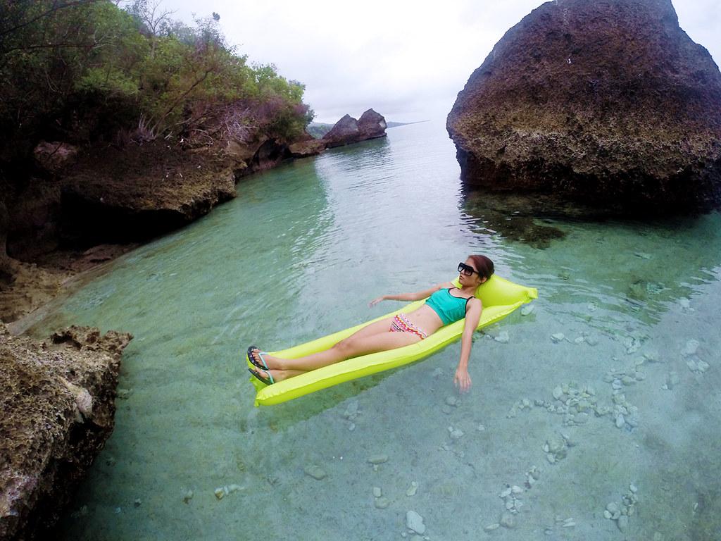 floating in oslob beach (1)