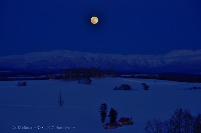 メルヘンの丘の満月