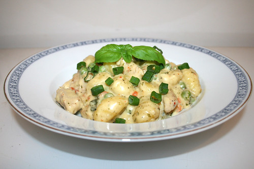45 - Gnocchi with turkey stripes in white wine herb cheese sauce - Side view / Gnocchi mit Putenstreifen in Weißwein-Kräuter-Käsesauce - Seitenansicht