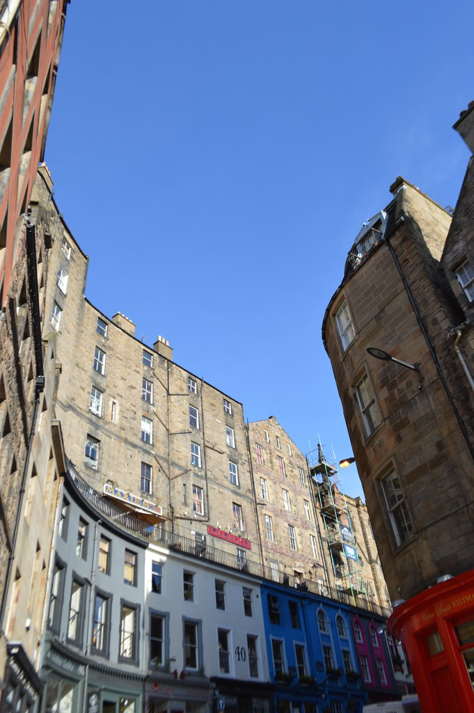 This is a picture of the curved victoria street in edinburgh