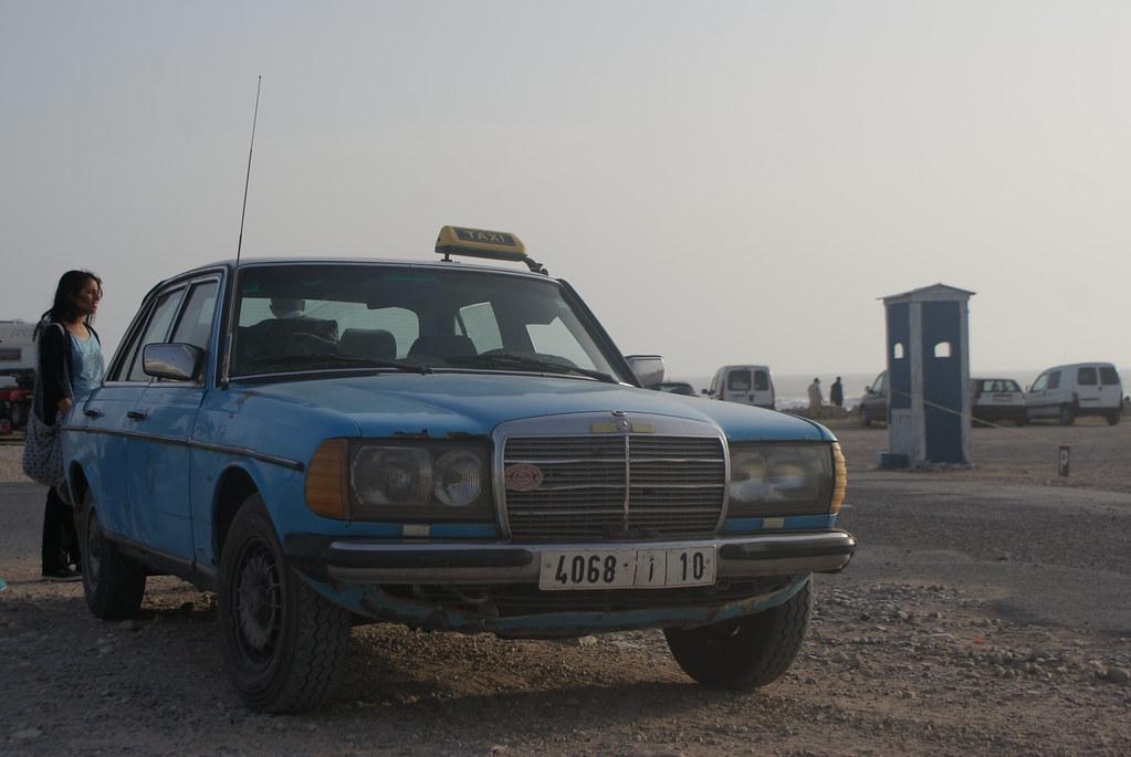 Grand taxi sur la plage de Sidi Kawi près d'Essaouira.
