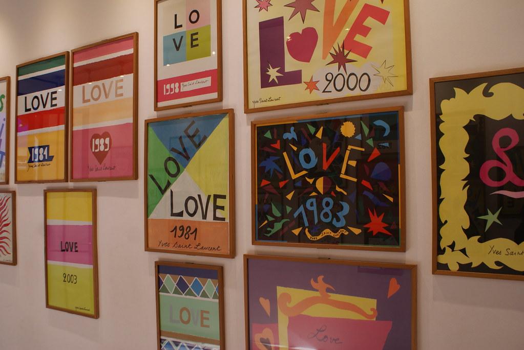"""Galerie d'affiches : Les voeux """"Love"""" envoyés chaque année par Yves Saint Laurent à ses amis."""