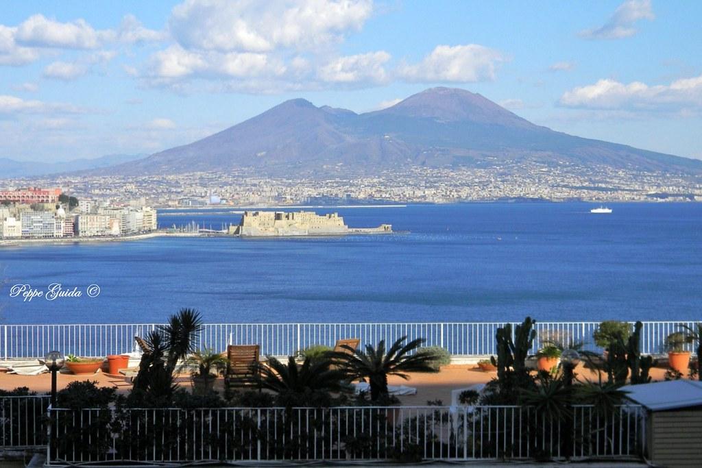 Da Posillipo. Terrazza sul golfo, Castel dell\'Ovo e il Ves… | Flickr