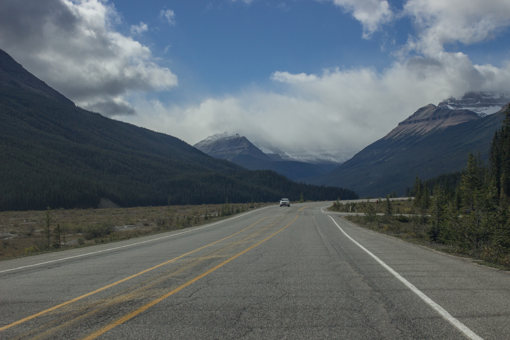 11 things you should do before hiring a car when you travel. Icefields Parkway, Canada.