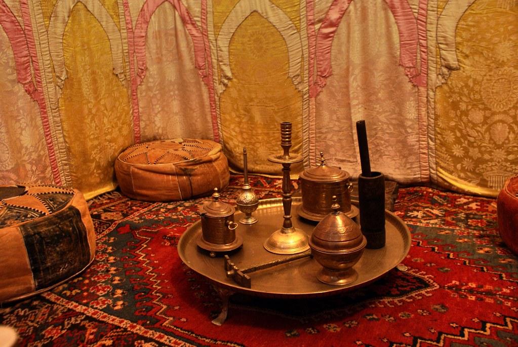 Salon marocain avec les différents objets utilisés pour préparer le thé, diffuser du parfum et toutes autres activités quotidiennes.
