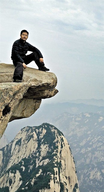 Painter Tian Xuesen has devoted his artistic efforts to painting the majestic Huashan mountains of China. From hermitary.com