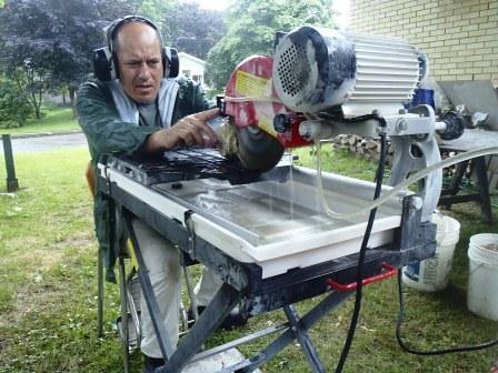 Gaétan Lapierre s'appliquant à tailler une géode prometteuse trouvée au Mont Lyall en Gaspésie