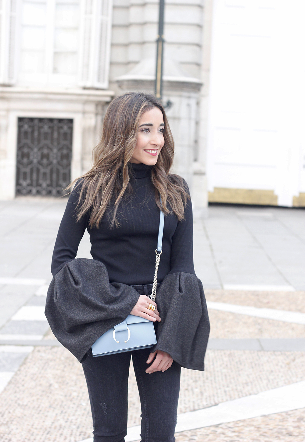 Black sweater with bell sleeves black jeans heels uterqüe bag palacio real madrid street style fashion outfit16