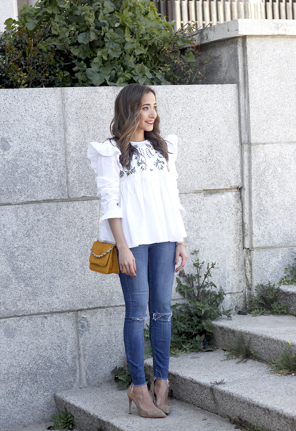 White blouse with ruffles and flower embroidery ripped jeans heels uterqüe bag fashion style outfit05