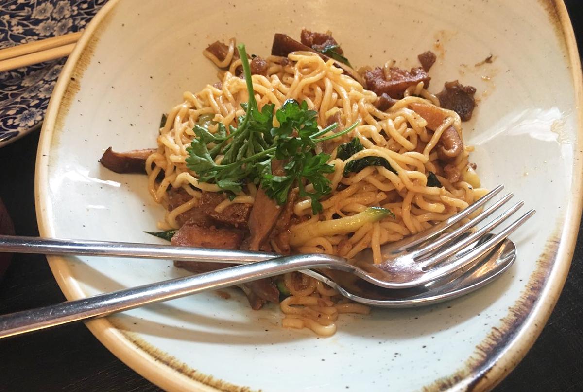 sushita_café7-noodles-sichuan-pasta-fresca-de-espelta-pato-tofu-pack-choy-calabacín-seta-shiitake-y-salsa-schezwan