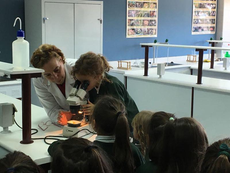 Unas pequeñas científicas visitan el laboratorio