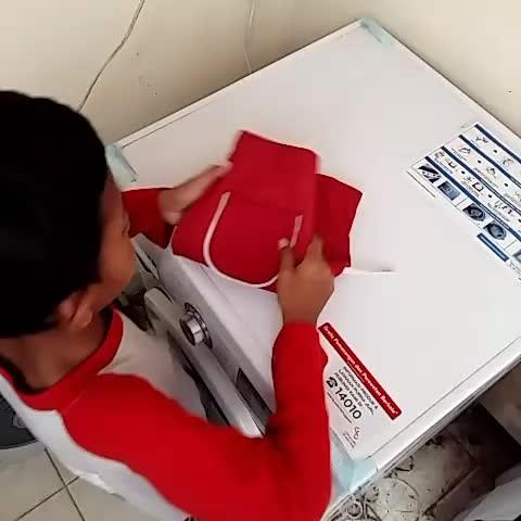 Yodha secara spontan menawarkan bantuan untuk melipat baju yang sudah kering
